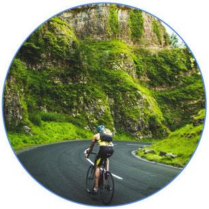 bikepacking à vélo dans la nature sur une route
