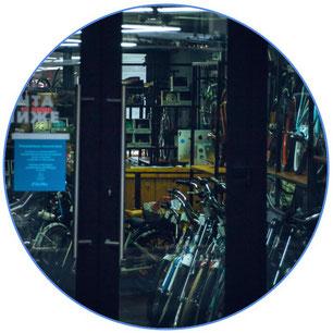 Vue à l'intérieur d'un magasin de vélos d'occasion