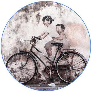 vélo hollandais devant une œuvre d'art