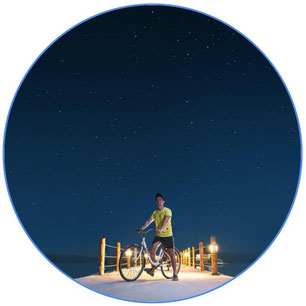 cycliste avec son vélo sous les étoiles