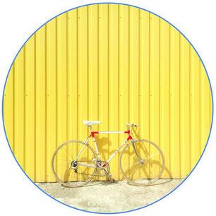 vélo vintage de ville sur fond jaune