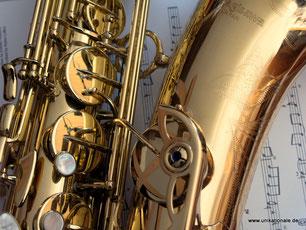 Saxophon auf Notenblatt