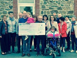 La troupe de théâtre de Romillé fait un don de 2000€ à l'Association Jehanne