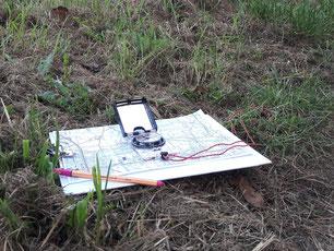 Positionsbestimmung mit Karte und Kompass