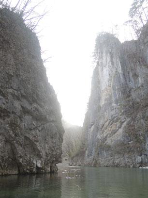 右が壮夫岩、左が少婦岩の通称夫婦岩