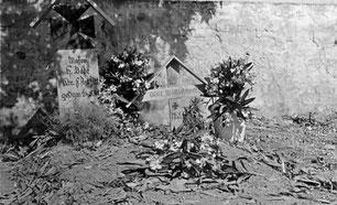 Grab des Kameraden Willi Knecht (mit dem auch am 24. 05. 41 gefallenen Major Bode) bei Modion. Links daneben: Gefallener englischer Soldat noch unbeerdigt.