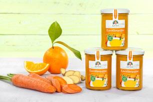 Drei Fastensuppengläser mit Karotten