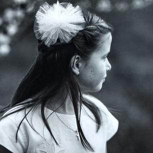 Kommunionkind mit Haarschmuck