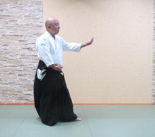 画像③軸足は右に交代。丹田と左足は捻れが解放されて軸足との間は45度の角度に戻り、入り身転換の陰の魄氣。