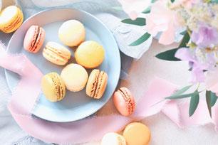 ピンクとホワイトのバラの花束。