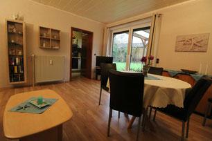 Blick zu Terrasse und Küche