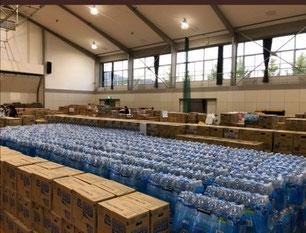 体育館に積み上がる、大量の支援物資