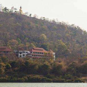 Buda gigante a orillas del Mekong, protegiendo la ciudad de Paksé