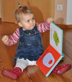 Kleinkind mit Bilderbuch