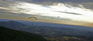 Vol libre au dessus des Monédières (Photo : Ecole de Parapente)