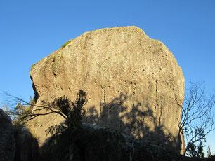riesiger Stein auf dem Gipfel