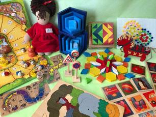 3~4歳ころのおもちゃ、ロッテちゃん(シルケ社)、キューブモザイク16ピース、パターンブロック、ことばカード(セレクタ)、ジョージラックパズル 2重パズルアフリカ、ポニーのひも通し、標識(ベック社)、セラ青(ネフ社)、虹色のへび(レインボースネーク)アミーゴ社、ねことねずみの大レース(ペガサス社)、ファンタカラー600、LENAモザイクステッキ透明の商品画像