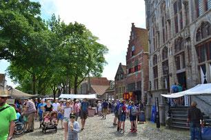 Markt in Veere vor dem Rathaus