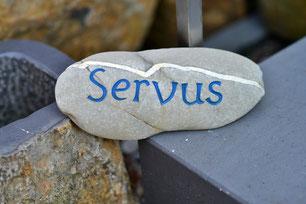 Stein mit eingravierter Schrift
