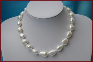Collier ras du cou de grosses perles de culture baroques blanches d'une rare brillance : à partir de 225 €