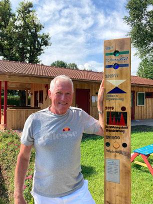 Hans Osenstätter mit der künstlerischen Holzstehle 2020