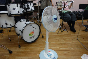 前回の練習から大変お世話になっている扇風機。これがないと冬でも汗だくに。その後ろに見えるはお馴染みシンパロゴの入ったドラムさんです
