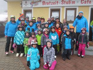 Die gut gelaunten Skikursteilnehmer mit unseren Skilehrern