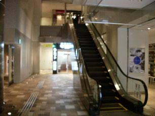 エスカレーター左奥のエレベータで1FのE6出口へ。