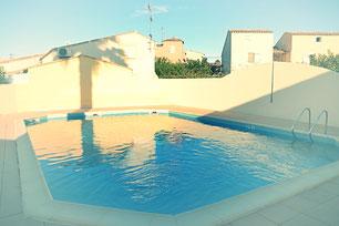Jolie piscine au milieu des villas