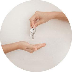 Handen met sleutels