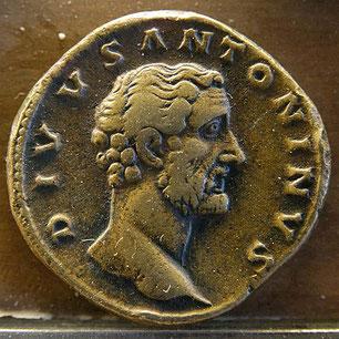 Justin de Naplouse (v110 – 165 en martyr) a écrit « la Grande apologie » adressée à Antonin le Pieux. Justin clame l'innocence des chrétiens et plaide la cause de ces « hommes de toute race, injustement haïs et persécutés».