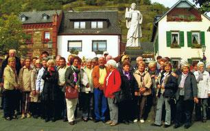 """Busfahrer"" vor dem St. Castor-Denkmal in Karden"