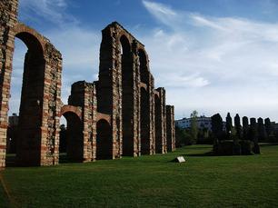 Restos de un acueducto de Roma en Emértia Augusta