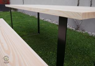 massiver Baumstammtisch in Lärche mit matt schwarzem Kufen-Tischgestell, Maßivholztisch mit matt schwarzem Kufengestell, Maßtisch in Lärche für den Außenbereich, Outdoormöbel Tisch mit Bank als Baumstammtisch, Kufentischgestell, Terrassentisch in Lärche