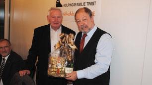 Bezirksvorsitzender Josef Korte bedankt sich bei Pastor Punke. Foto: Heinz-Gerd Stahl