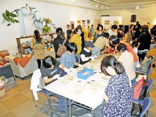 多彩なジャンルの作品が並び、大盛況のてぃわざ展=市民会館展示ホール