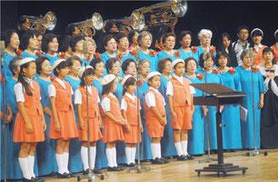 フィナーレで「えんどうの花」を大合唱する出演者=21日午後、市民会館大ホール