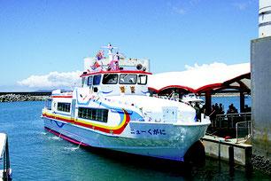高速旅客船ニューくがに=25日、津堅島港