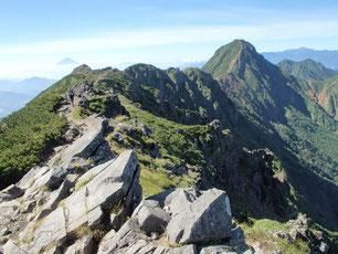 横岳山頂からの展望 前方に赤岳が見える。