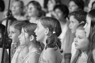 Ecole de musique à Crolles – Grésivaudan : La chorale des Tutti Cookies lors d'un concert. Elle accueille les écoliers du CP au CM2.