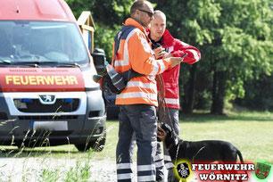 Zwei Hundeführer bereiten ihren Einsatz vor. Foto: Ganske