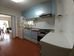 間口を小さくし、シンク横に冷蔵庫スペースを設けたキッチン