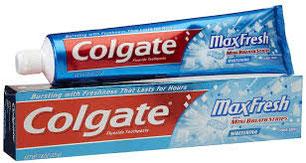 Colgate pagó 25.000 dólares a un científico que ideó un sistema para meter la pasta de dientes en el tubo.