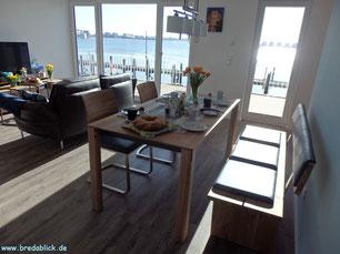 Ausstattung Wohnzimmer und Essbereich im Ferienhaus Bredablick an Schlei und Ostsee