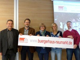 Peter Wernig von Auctores GmbH, Ralf Mützel, Amtsleiter Amt für Nachhaltigkeitsförderung, Stadträtin und Nachhaltigkeitsreferentin Ruth Dorner sowie Anita Dengel und Herbert Meier vom Bürgerhaus Neumarkt.