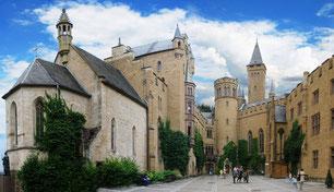 お城の中庭にある聖ミカエル礼拝堂(左側の建物)