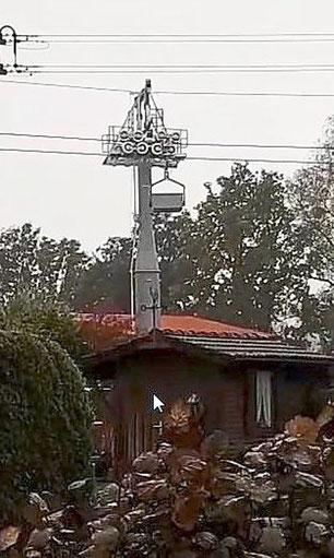 """Eine Lore der neuen Holcim-Seilbahn läuft über die Rollenstation einer Stütze und verursacht dabei Lärm. Anlieger beschweren sich, Holcim spricht von """"Probebetrieb"""".Foto: Privat Foto: Schwarzwälder Bote"""