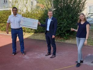 v.l.n.r. Bertram Pauli (2. Vors. TVH), Christopher Kalinasch (Volksbank Weinheim), Stephanie Böhm (Trainerin Radsport)