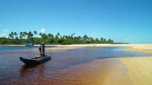 entre Sta. Cruz Cabrália e Sto. André, ilha de muito turismo, com acesso através da balsa em Cabrália