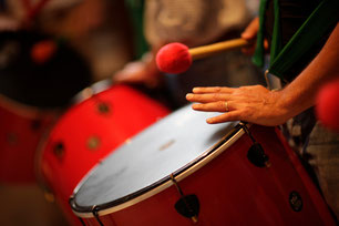 Gemeinsames Trommeln verbindet die Menschen bei unseren Mitarbeiterveranstaltungen
